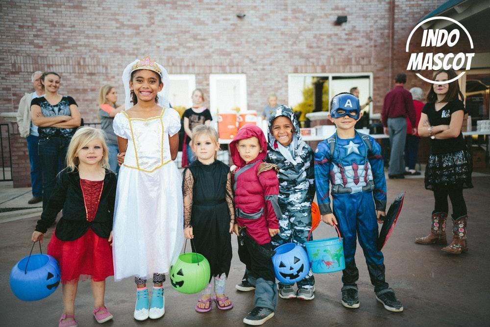 anak-anak mengenakan kostum hallowen
