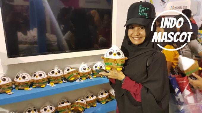 dian memegang momo maskot asian para games 2018