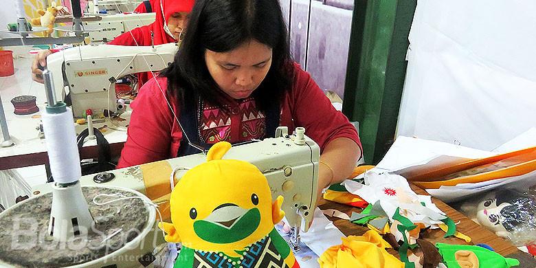 Penjahit boneka maskot Asian Games 2018 yang berlokasi di Malang, Jawa Timur.