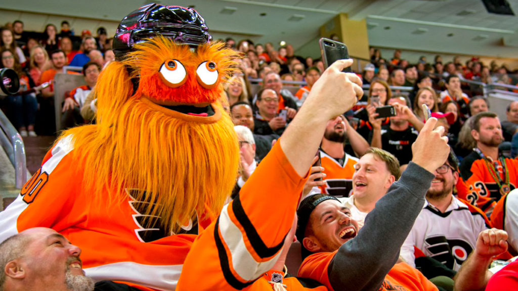 maskot selfie bareng penonton